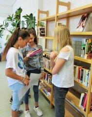 Schulleben_-_Schulbibliothek_4_klein.JPG